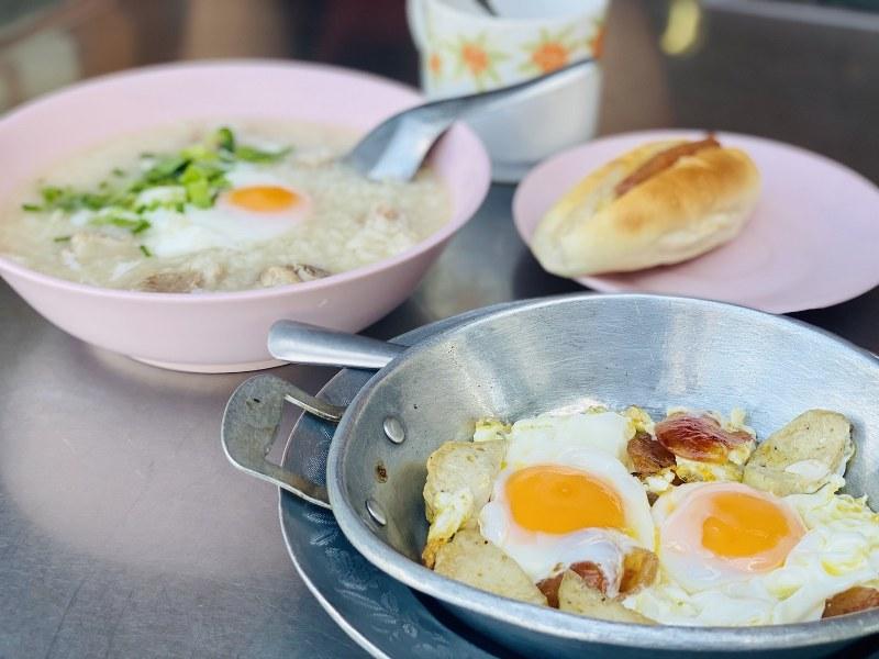 ข้าวต้มซี่โครงหมู ไข่กระทะ และขนมปัง