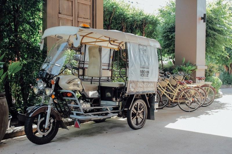 รถสกายแล็บ Brown House Hotel